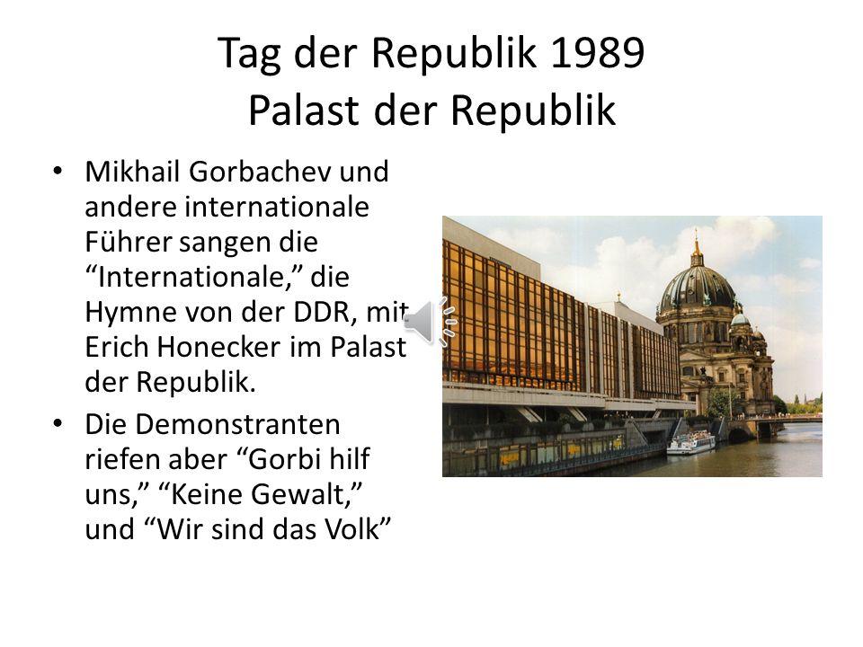 Tag der Republik 1989 Palast der Republik Mikhail Gorbachev und andere internationale Führer sangen die Internationale, die Hymne von der DDR, mit Erich Honecker im Palast der Republik.