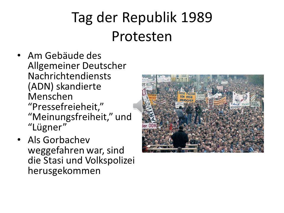 Tag der Republik 1989 Protesten Am Gebäude des Allgemeiner Deutscher Nachrichtendiensts (ADN) skandierte Menschen Pressefreieheit, Meinungsfreiheit, und Lügner Als Gorbachev weggefahren war, sind die Stasi und Volkspolizei herusgekommen