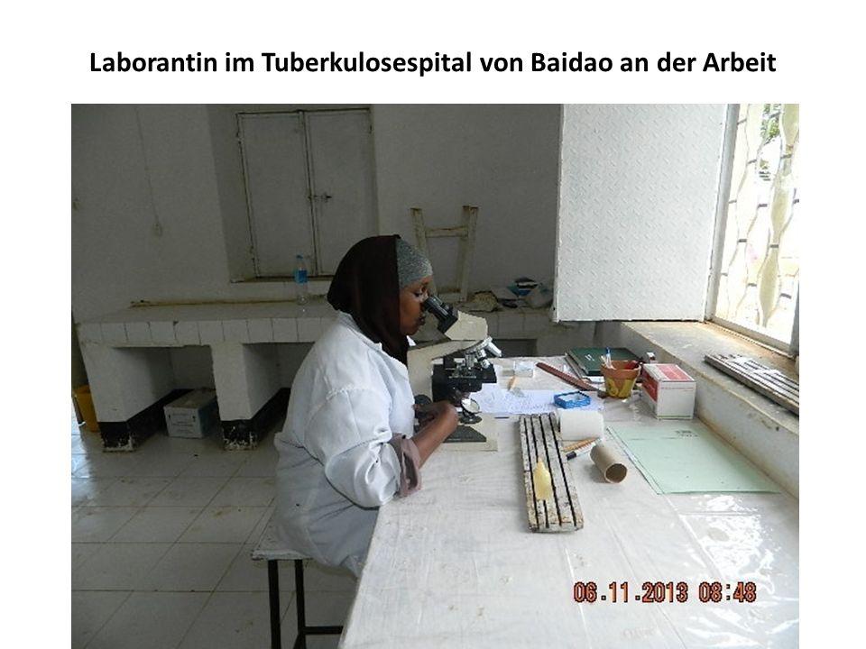 Laborantin im Tuberkulosespital von Baidao an der Arbeit