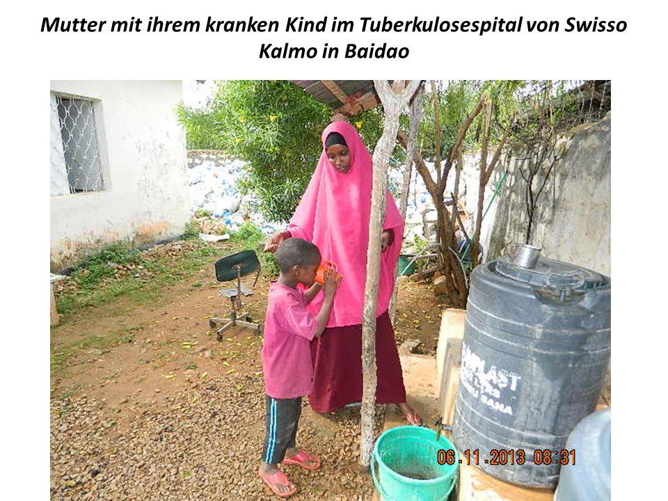 Mutter mit ihrem kranken Kind im Tuberkulosespital von Swisso Kalmo in Baidao