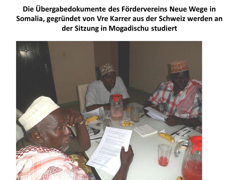 Die Übergabedokumente des Fördervereins Neue Wege in Somalia, gegründet von Vre Karrer aus der Schweiz werden an der Sitzung in Mogadischu studiert