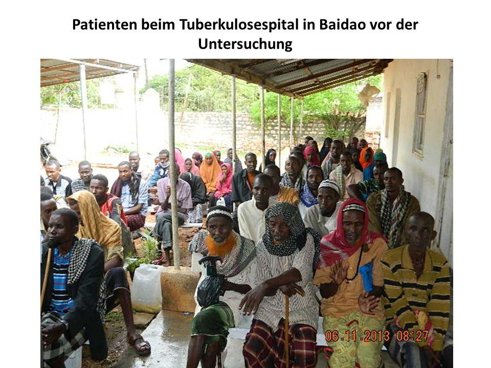 Patienten beim Tuberkulosespital in Baidao vor der Untersuchung