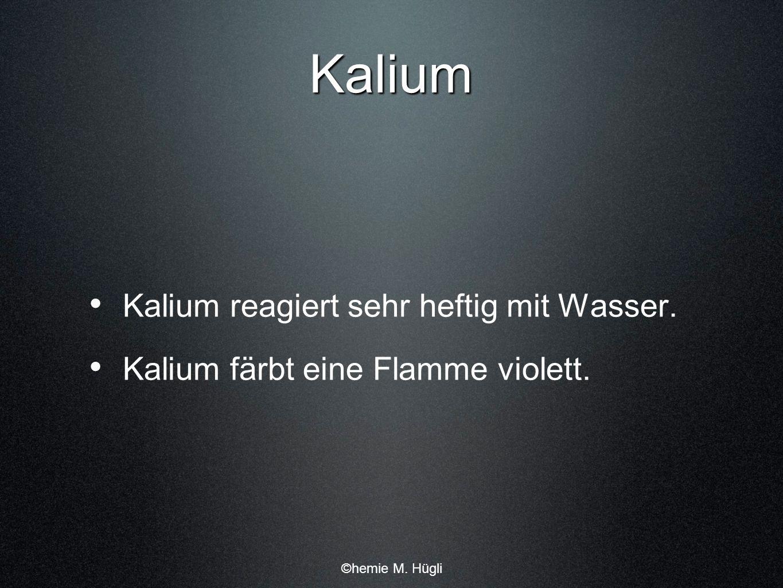Kalium Kalium reagiert sehr heftig mit Wasser. Kalium färbt eine Flamme violett. ©hemie M. Hügli