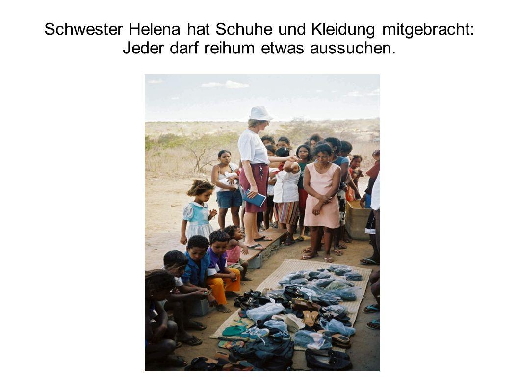 Schwester Helena hat Schuhe und Kleidung mitgebracht: Jeder darf reihum etwas aussuchen.