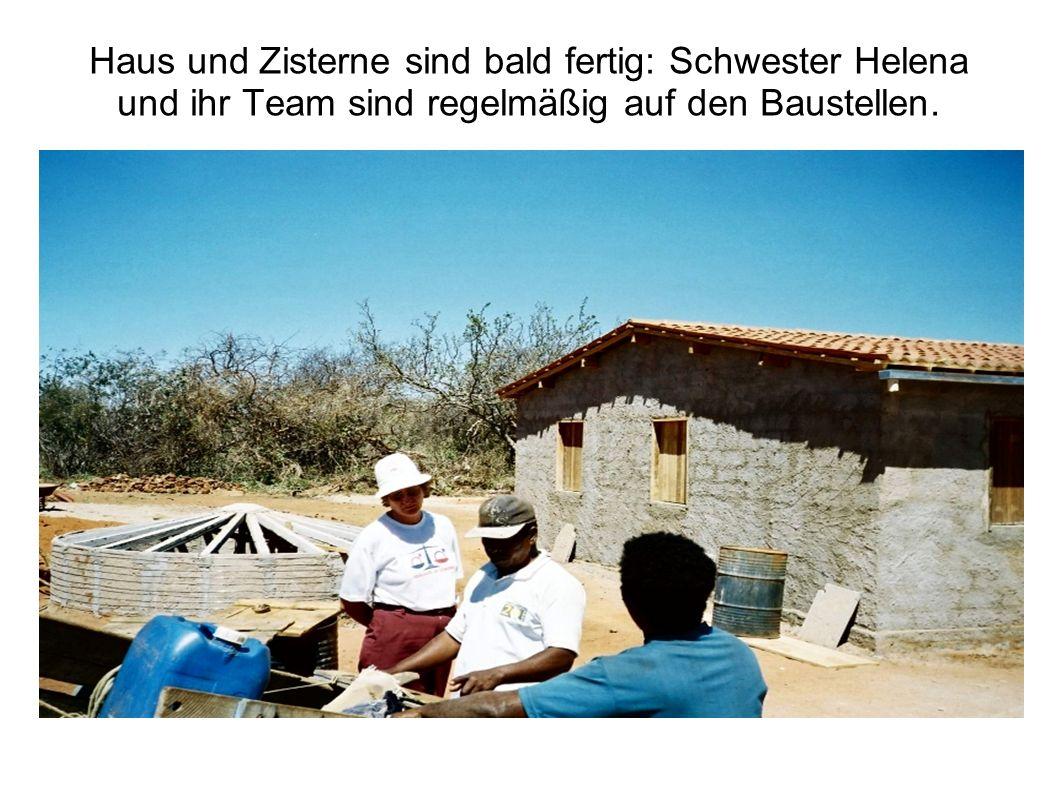 Haus und Zisterne sind bald fertig: Schwester Helena und ihr Team sind regelmäßig auf den Baustellen.