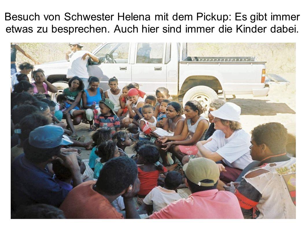 Besuch von Schwester Helena mit dem Pickup: Es gibt immer etwas zu besprechen. Auch hier sind immer die Kinder dabei.