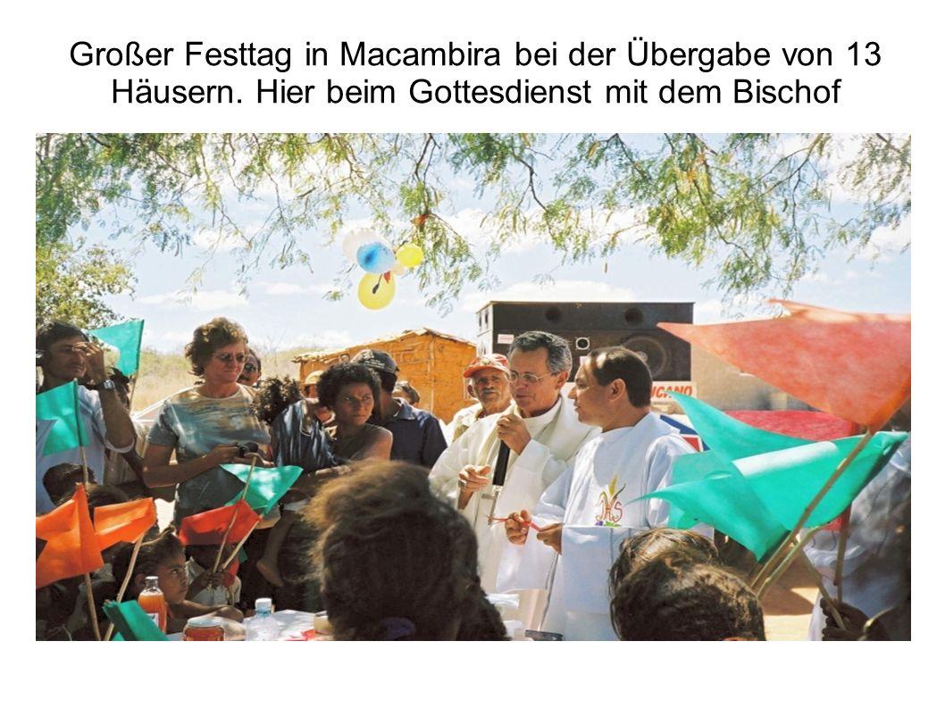 Großer Festtag in Macambira bei der Übergabe von 13 Häusern. Hier beim Gottesdienst mit dem Bischof