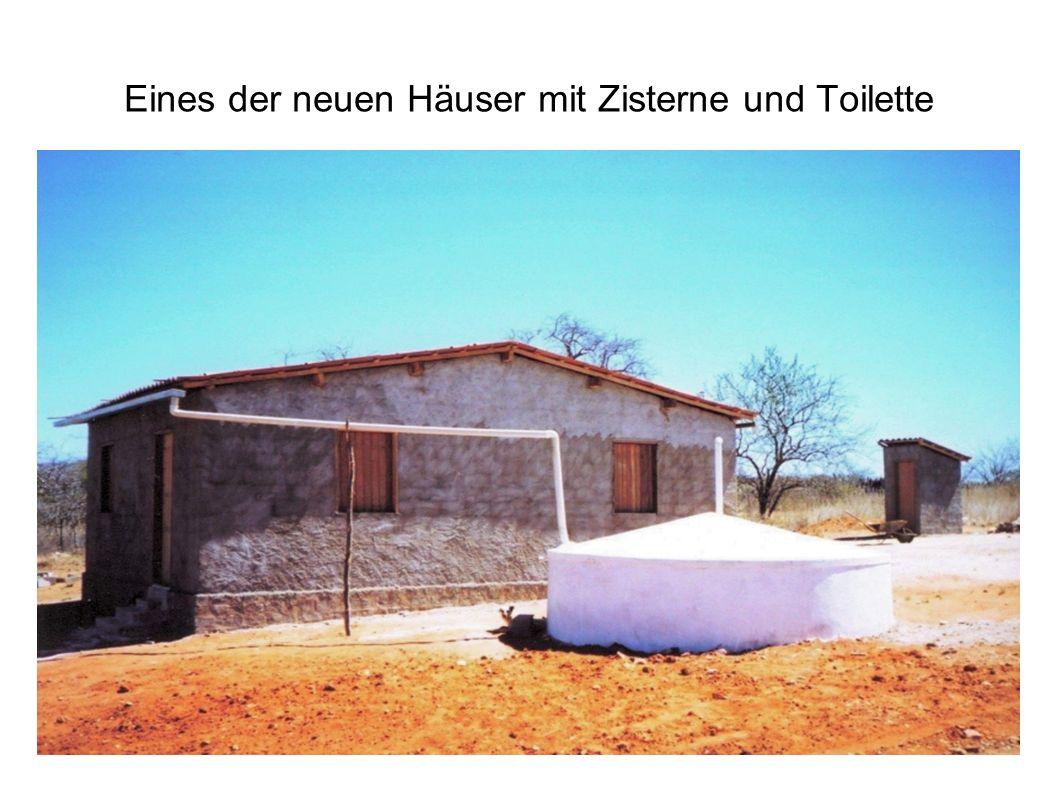 Eines der neuen Häuser mit Zisterne und Toilette