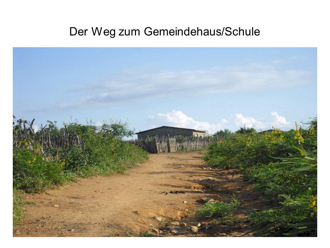 Der Weg zum Gemeindehaus/Schule