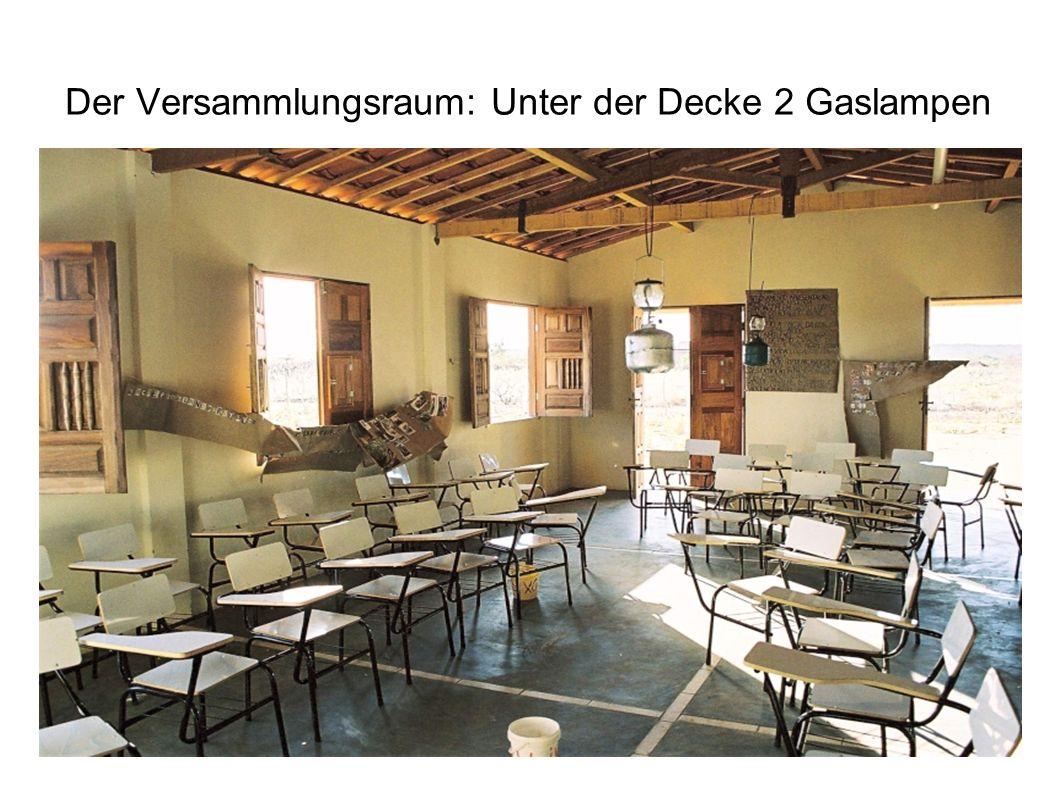 Der Versammlungsraum: Unter der Decke 2 Gaslampen
