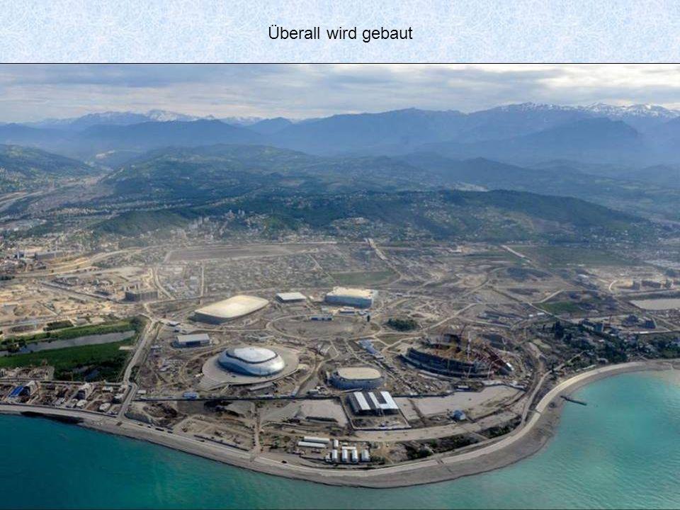 Für die Olympischen Spiele wurde die bis jetzt die längste Dreiseilseilbahn der Welt gebaut. Die Talstation befindet sich im Dorf