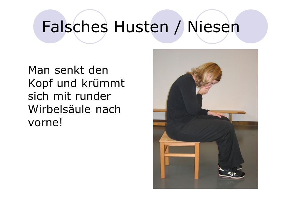 Falsches Husten / Niesen Man senkt den Kopf und krümmt sich mit runder Wirbelsäule nach vorne!