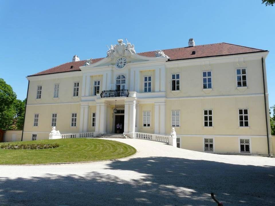 B urgruine L aa Die Laaer Burg diente zunächst als letzter, von einem Wassergraben umgebener Rückzugsort bei Bedrohungen und nicht als Wohnburg. Späte