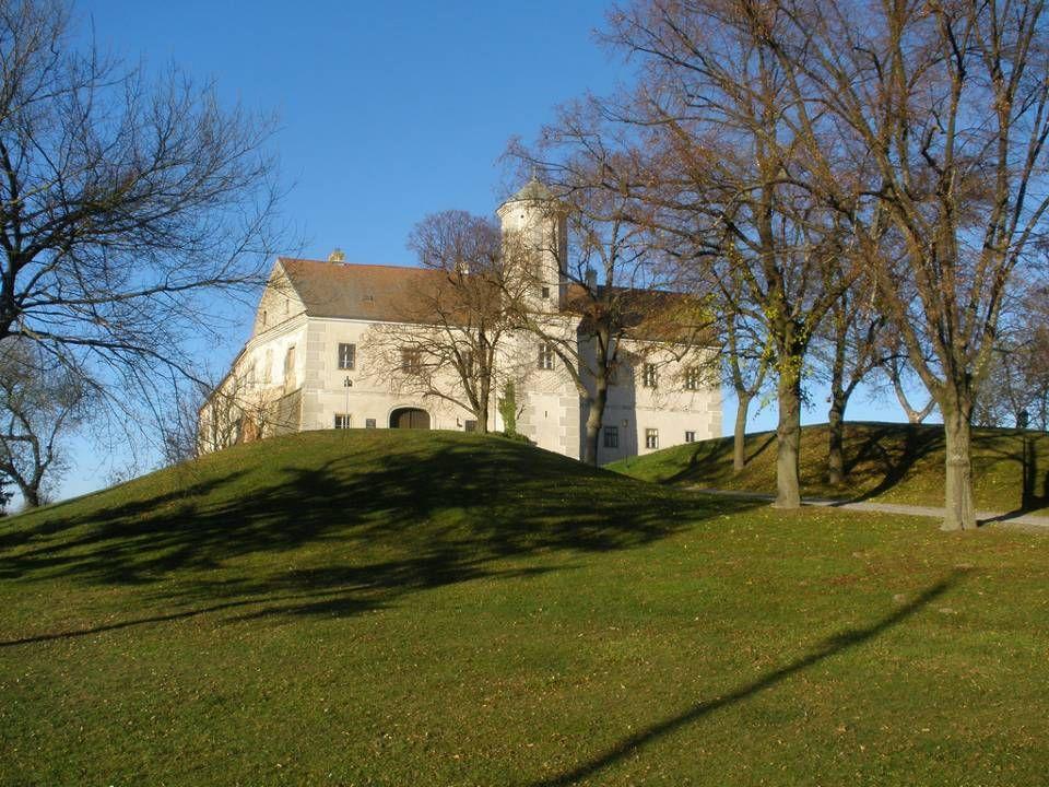 S chloss J edenspeigen Ist ein zweigeschossiger mächtiger Vierecksbau mit Wehrgraben und wurde schon im Jahre 1296 schriftlich erwähnt. Die Schlacht b