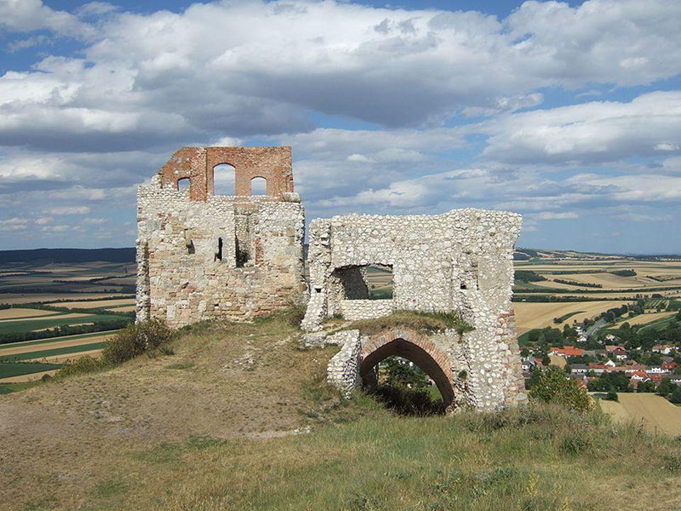 B urgruine S taatz Die hervorragende strategische Lage ließ bereits im 11. Jahrhundert eine Burg auf der Staatzer Klippe entstehen. Obwohl als uneinne