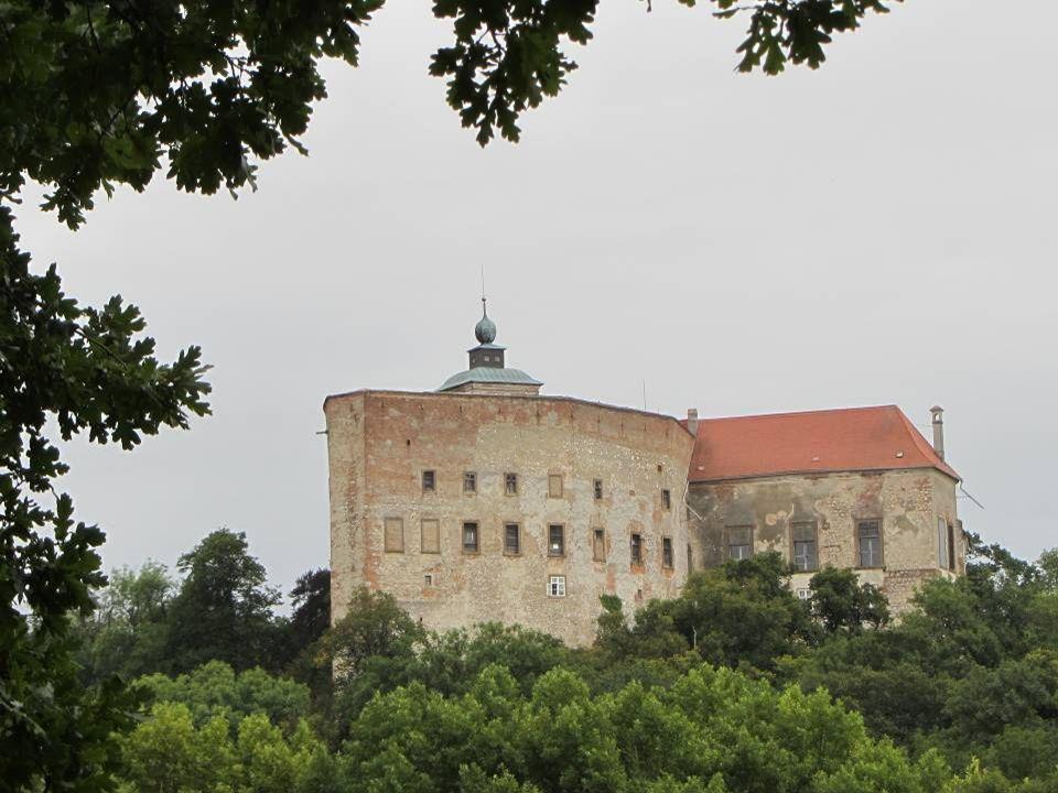 Ist ein Schloss in Dörfles in der Marktgemeinde Ernstbrunn. Es befindet sich seit dem 19. Jahrhundert im Besitz der Familie Reuss, die es auch heute n