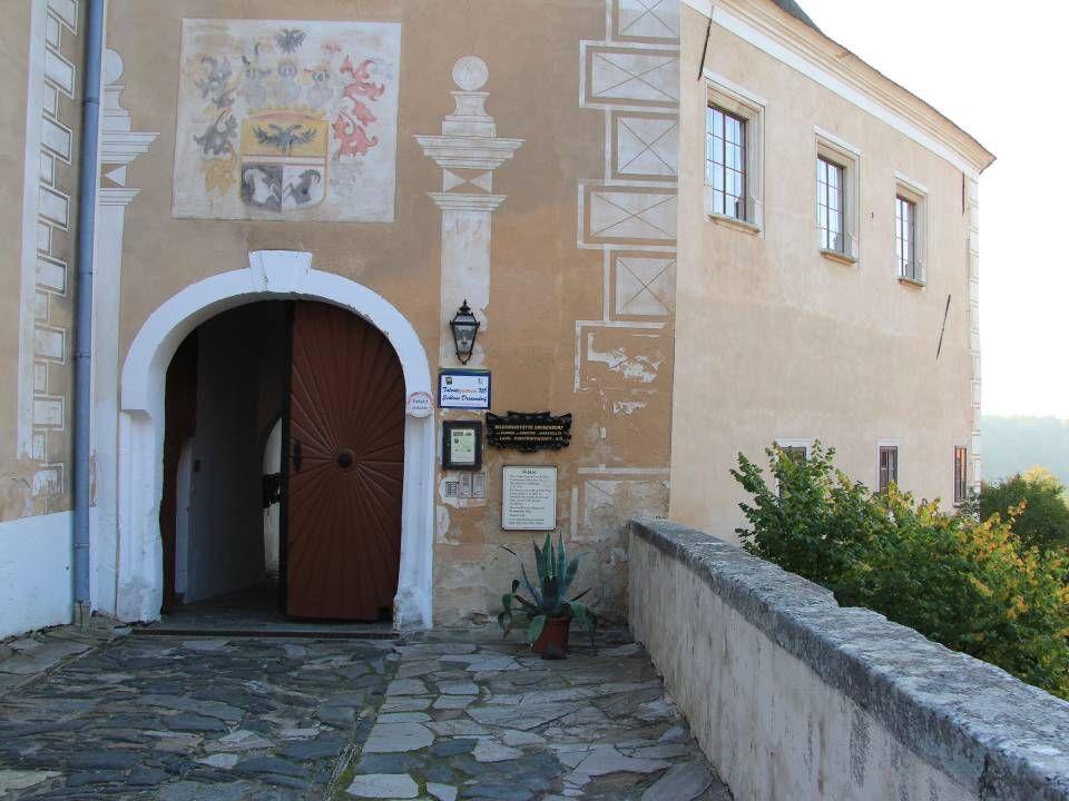 Das Renaissanceschloss liegt an der östlichen Ecke der historischen Stadt Drosendorf- Zissersdorf, eingebunden in die Stadtbefestigung. Die heutige Fo