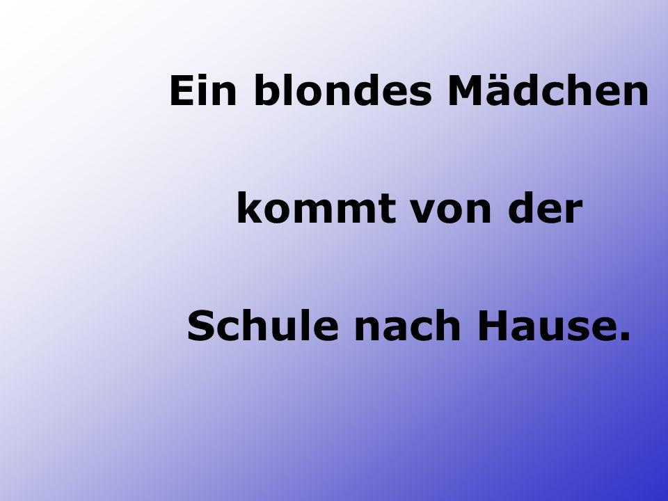 Ein blondes Mädchen kommt von der Schule nach Hause.