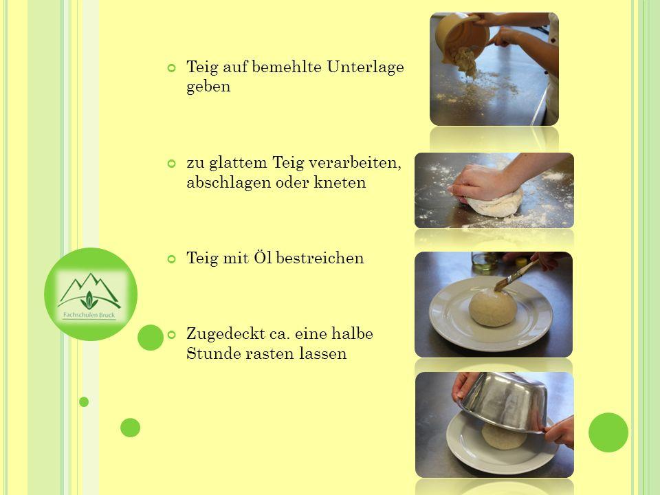 Teig auf bemehlte Unterlage geben zu glattem Teig verarbeiten, abschlagen oder kneten Teig mit Öl bestreichen Zugedeckt ca. eine halbe Stunde rasten l