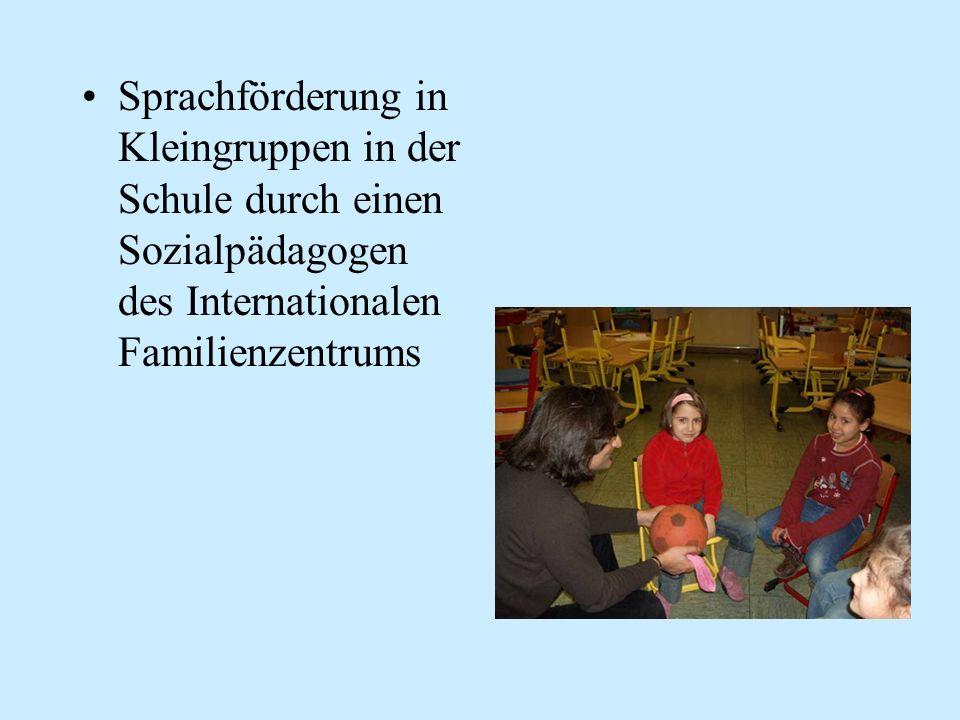 Sprachförderung in Kleingruppen in der Schule durch einen Sozialpädagogen des Internationalen Familienzentrums
