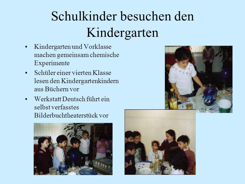 Schulkinder besuchen den Kindergarten Kindergarten und Vorklasse machen gemeinsam chemische Experimente Schüler einer vierten Klasse lesen den Kindergartenkindern aus Büchern vor Werkstatt Deutsch führt ein selbst verfasstes Bilderbuchtheaterstück vor