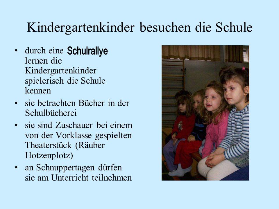 Kindergartenkinder besuchen die Schule durch eine lernen die Kindergartenkinder spielerisch die Schule kennen sie betrachten Bücher in der Schulbücherei sie sind Zuschauer bei einem von der Vorklasse gespielten Theaterstück (Räuber Hotzenplotz) an Schnuppertagen dürfen sie am Unterricht teilnehmen