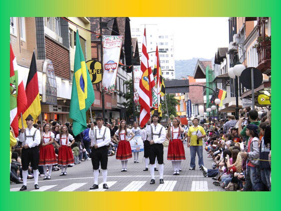 Bei der Festivals Paraden sind ca. 20 Tausend Menschen anwesend. Oktoberfest Blumenau-SC