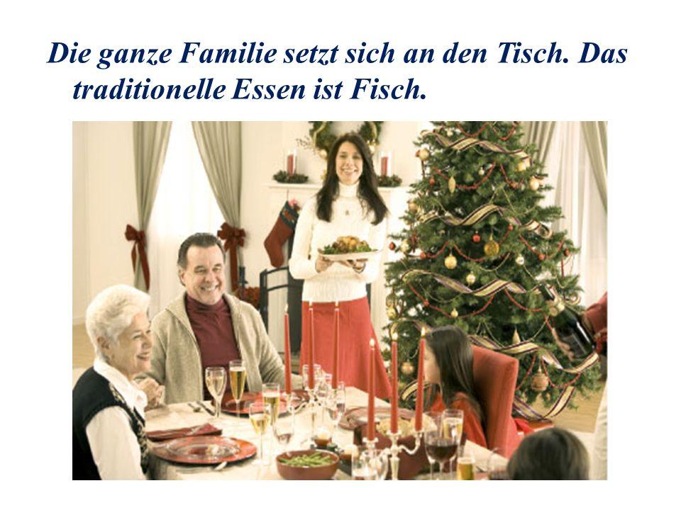 Die ganze Familie setzt sich an den Tisch. Das traditionelle Essen ist Fisch.
