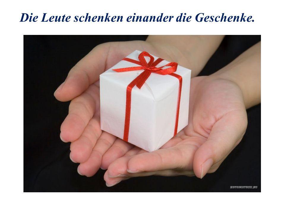 Die Leute schenken einander die Geschenke.