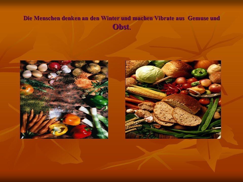 Die Menschen denken an den Winter und machen Vibrate aus Gemuse und Obst.