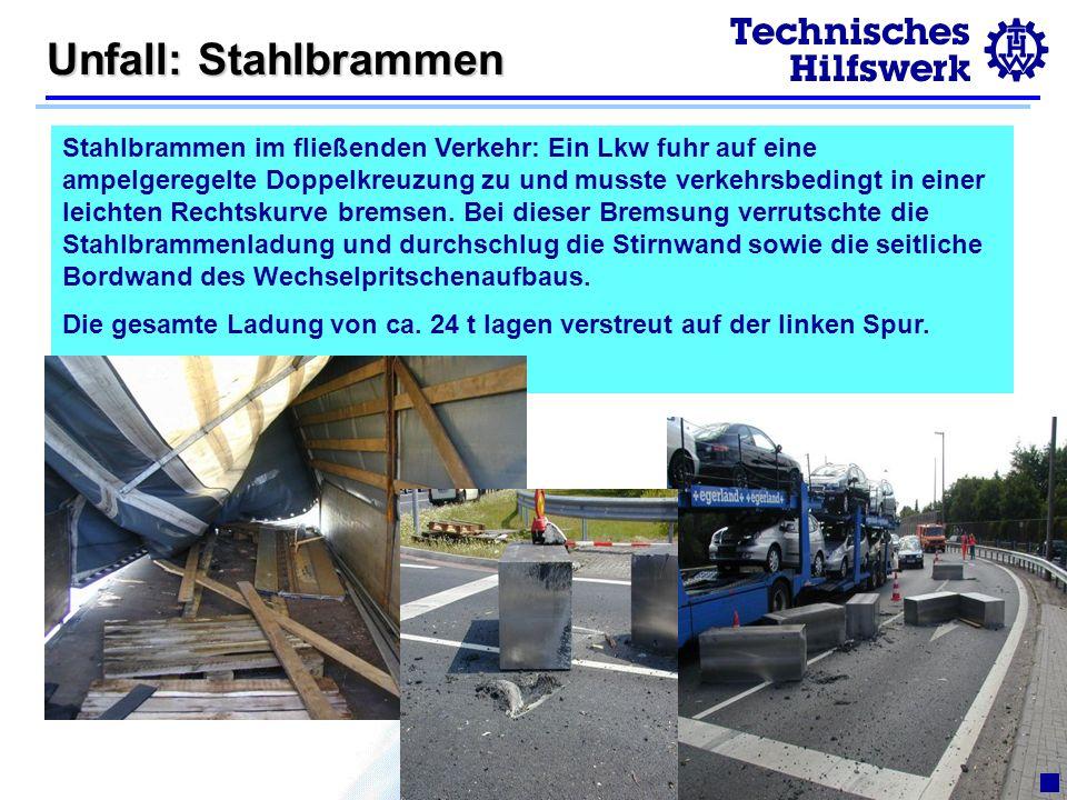 © 2003R.Pelkmann Unfall: Stahlbrammen Stahlbrammen im fließenden Verkehr: Ein Lkw fuhr auf eine ampelgeregelte Doppelkreuzung zu und musste verkehrsbedingt in einer leichten Rechtskurve bremsen.