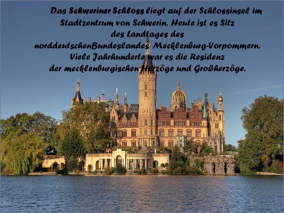 Das Schweriner Schloss liegt auf der Schlossinsel im Stadtzentrum von Schwerin. Heute ist es Sitz des Landtages des norddeutschenBundeslandes Mecklenb