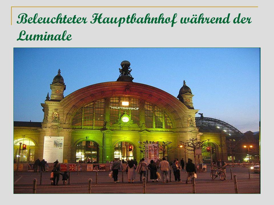 Beleuchteter Hauptbahnhof während der Luminale