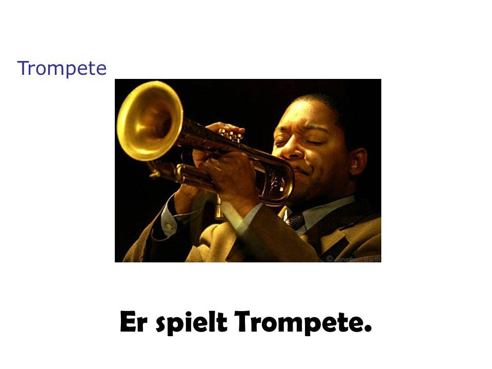 Er spielt Trompete. Trompete
