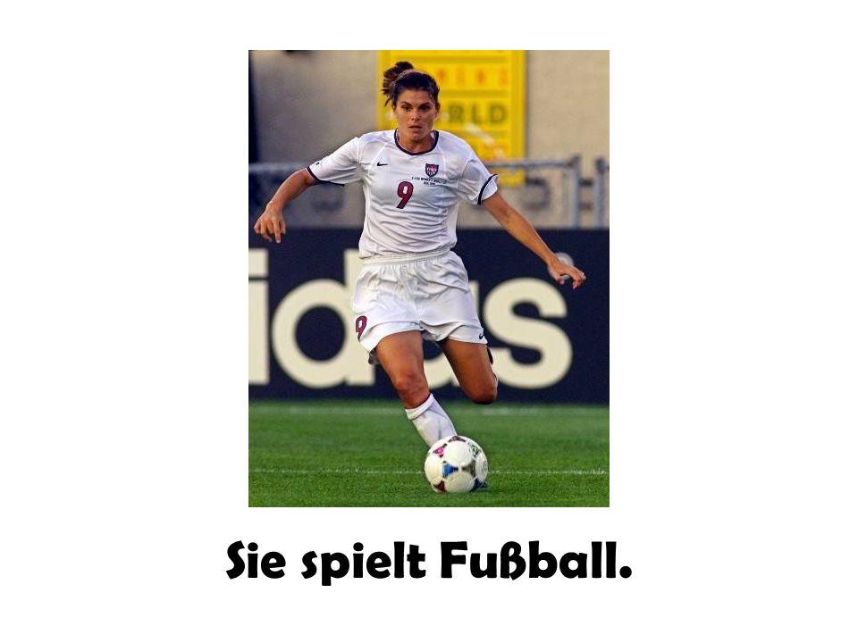 Sie spielt Fußball.