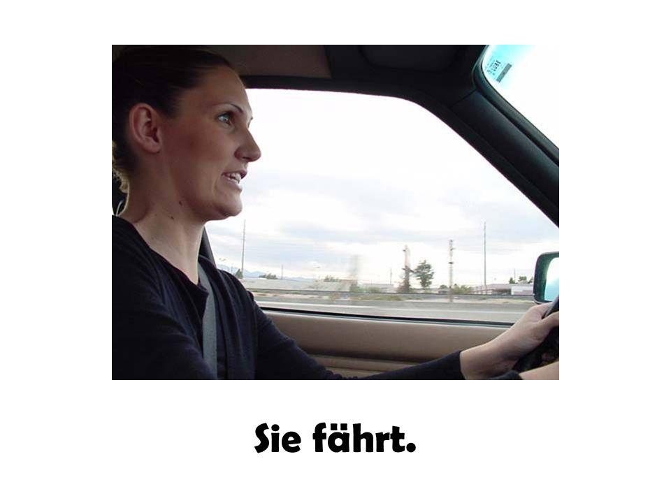 Sie fährt.