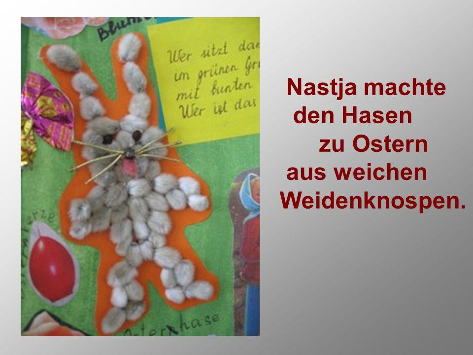 Nastja machte den Hasen zu Ostern aus weichen Weidenknospen.