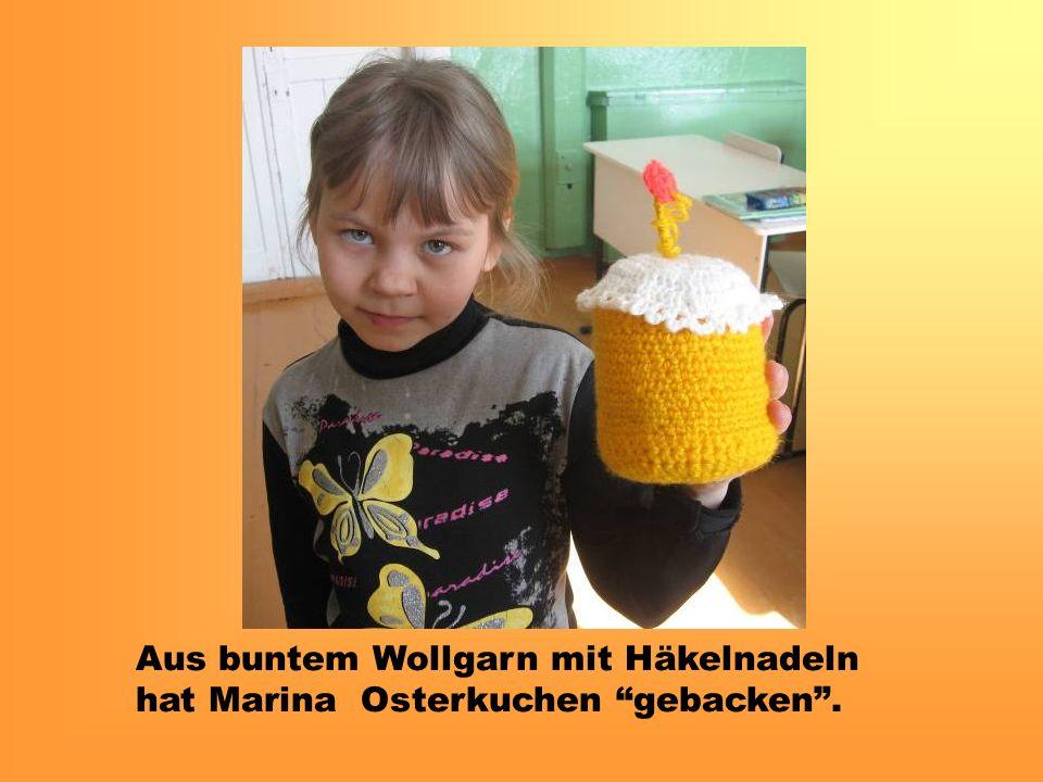 Aus buntem Wollgarn mit Häkelnadeln hat Marina Osterkuchen gebacken.