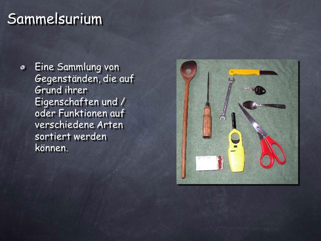 Eine Sammlung von Gegenständen, die auf Grund ihrer Eigenschaften und / oder Funktionen auf verschiedene Arten sortiert werden können. Sammelsurium