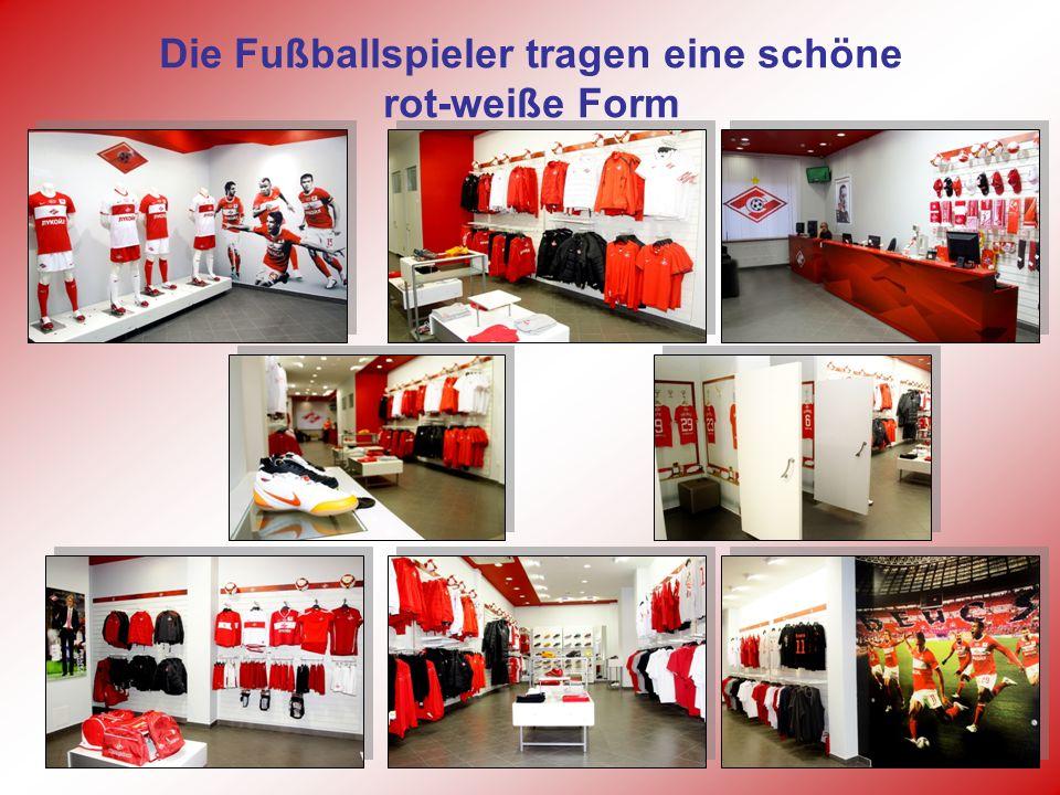 Die Fußballspieler tragen eine schöne rot-weiße Form