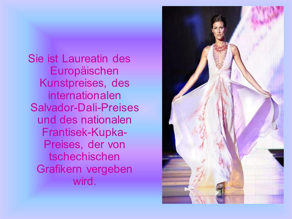 Sie ist Laureatin des Europäischen Kunstpreises, des internationalen Salvador-Dali-Preises und des nationalen Frantisek-Kupka- Preises, der von tschechischen Grafikern vergeben wird.
