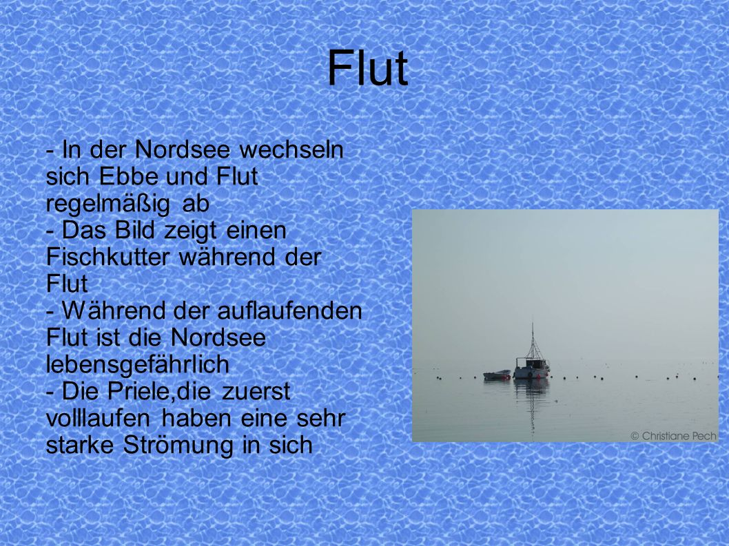 Flut - In der Nordsee wechseln sich Ebbe und Flut regelmäßig ab - Das Bild zeigt einen Fischkutter während der Flut - Während der auflaufenden Flut is