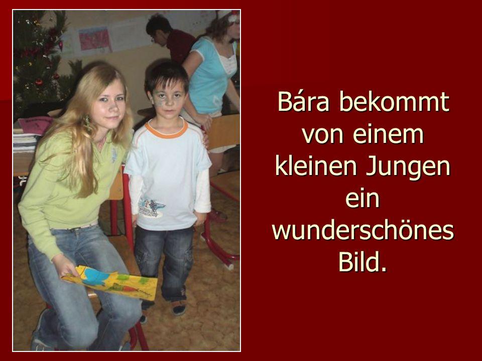 Bára bekommt von einem kleinen Jungen ein wunderschönes Bild.