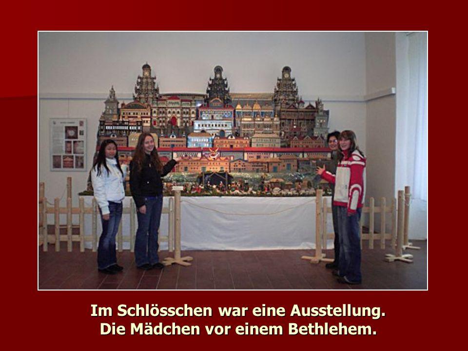 Im Schlösschen war eine Ausstellung. Die Mädchen vor einem Bethlehem.