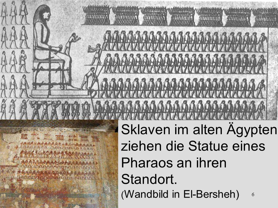 6 Sklaven im alten Ägypten ziehen die Statue eines Pharaos an ihren Standort.