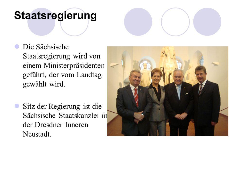 Staatsregierung Die Sächsische Staatsregierung wird von einem Ministerpräsidenten geführt, der vom Landtag gewählt wird. Sitz der Regierung ist die Sä
