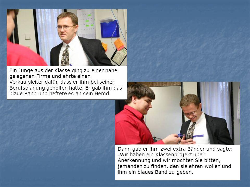 Ein Junge aus der Klasse ging zu einer nahe gelegenen Firma und ehrte einen Verkaufsleiter dafür, dass er ihm bei seiner Berufsplanung geholfen hatte.