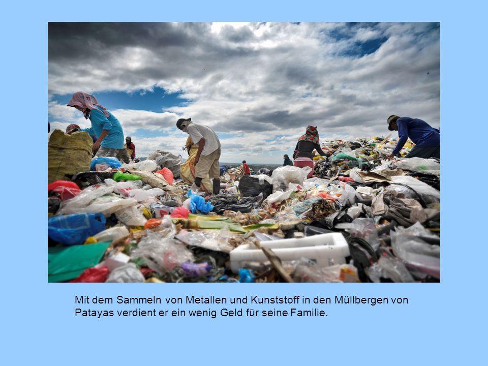 Mit dem Sammeln von Metallen und Kunststoff in den Müllbergen von Patayas verdient er ein wenig Geld für seine Familie.