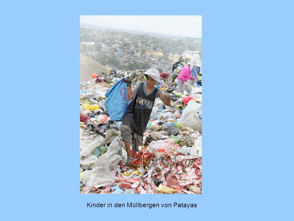 Kinder in den Müllbergen von Patayas