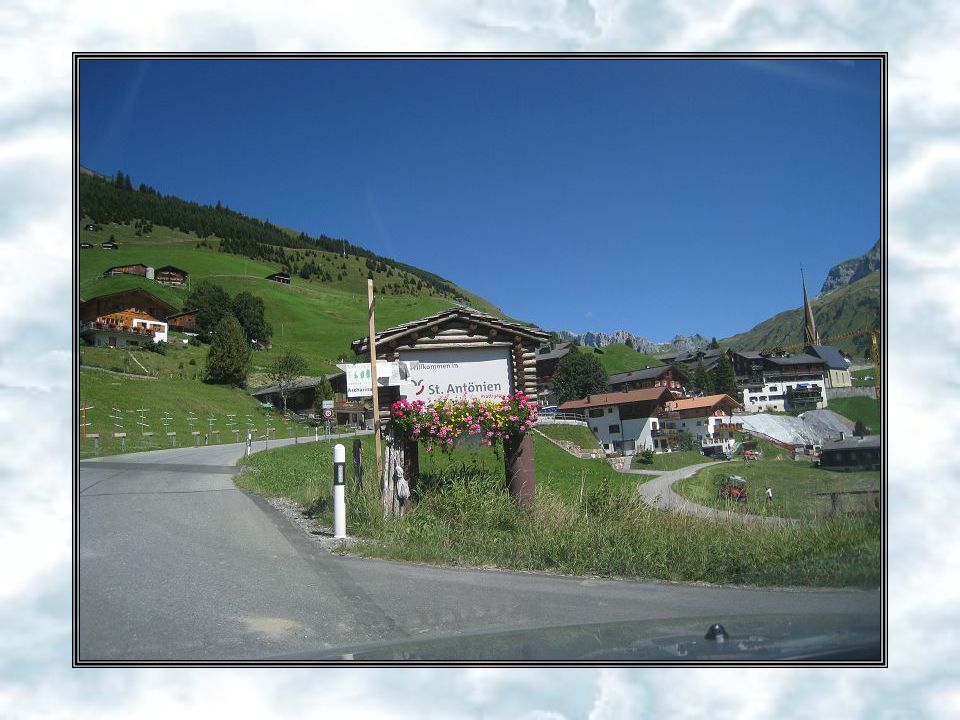 26. August 2010 Das kleine typische Walserdorf St. Antönien liegt auf 1450 m ü. M., eingebettet in eine fantastische Bergwelt. St. Antönien Platz mit